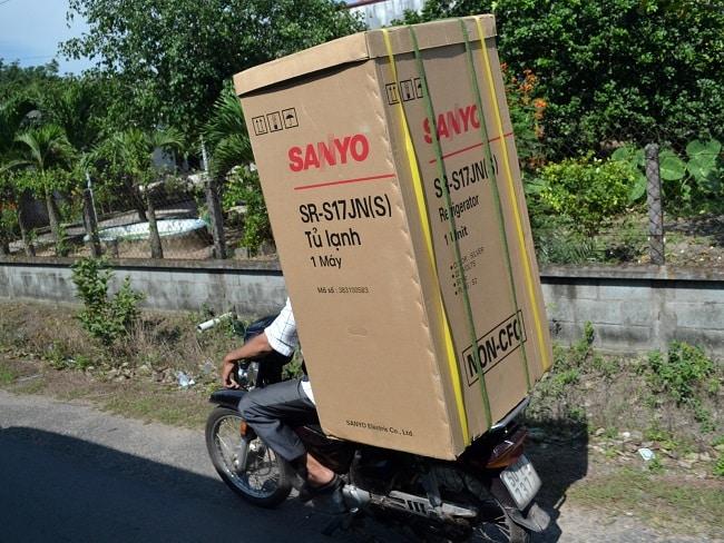 Chở hàng hóa bằng xe máy
