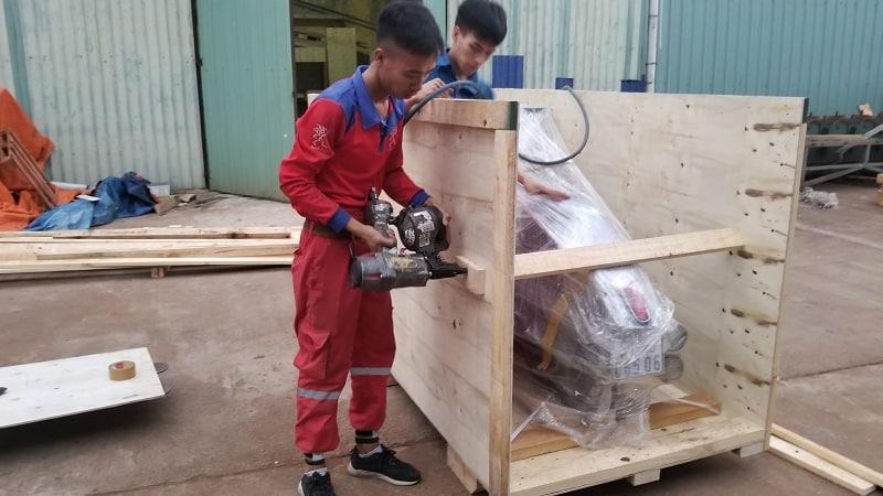 Bọc xe máy để vận chuyển bằng thùng gỗ