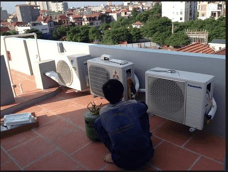 Nhân viên đang tháo lắp di dời máy lạnh cho khách hàng