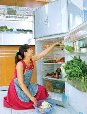 sắp xếp các món đồ dùng lại vào tủ lạnh