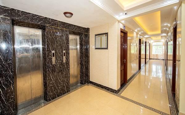 chiều cao cửa thang máy khách sạn
