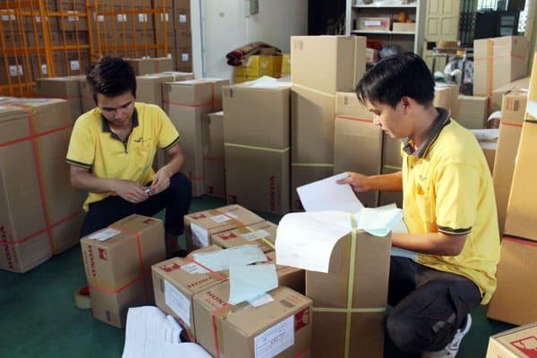 mang hàng đến bưu điện để đóng gói