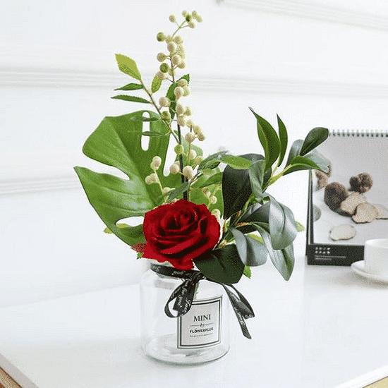 cây hoa hồng đặt nơi bàn làm việc