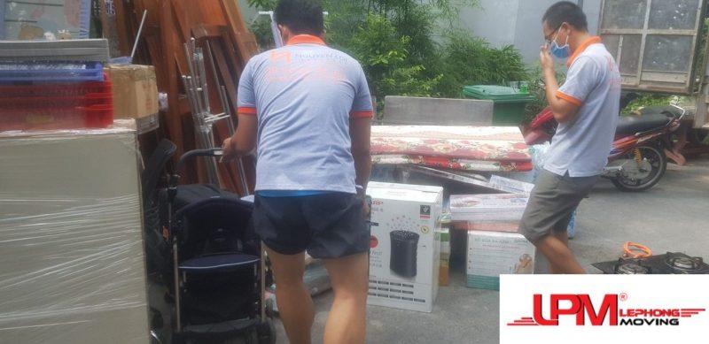 nhân viên bốc xếp đồ đạc ra xe tải